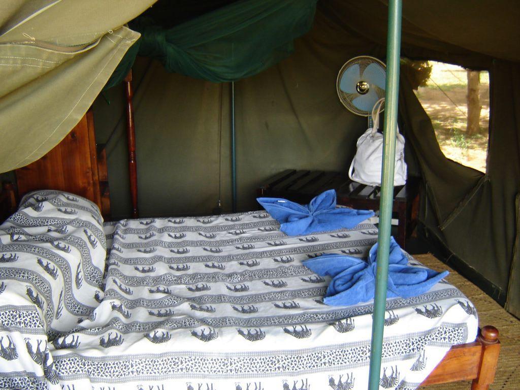bild das bett im zelt zu sentrim lodge tsavo east in tsavo ost. Black Bedroom Furniture Sets. Home Design Ideas