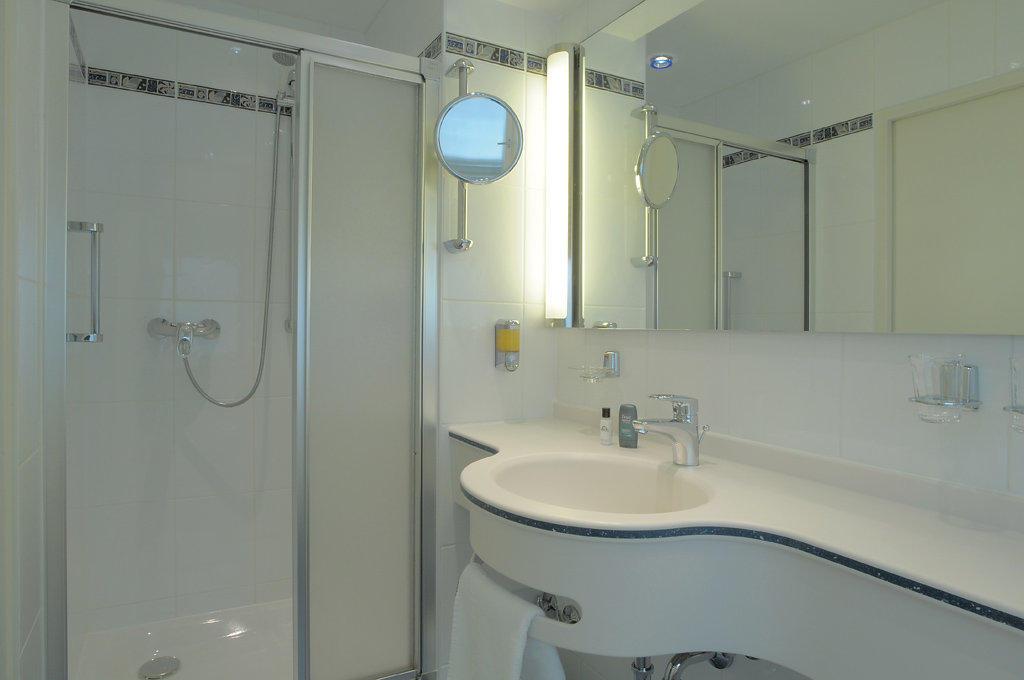 bild beispiel badezimmer zu ringhotel loew 39 s merkur in. Black Bedroom Furniture Sets. Home Design Ideas