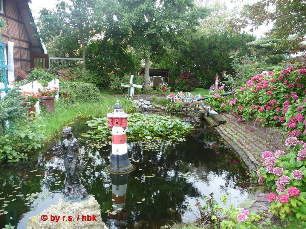 Schöner Garten Mit Zahlreichen Windmühlen