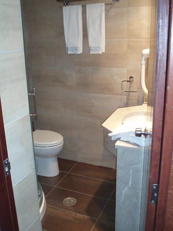 bild das sehr sch ne und moderne badezimmer zu hotel crithoni 39 s paradise in crithoni. Black Bedroom Furniture Sets. Home Design Ideas
