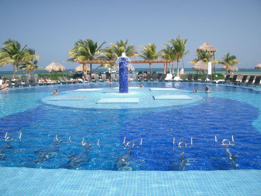 Bild pool bluebay grand esmeralda zu hotel bluebay grand for Blue bay grand esmeralda deluxe v jardin