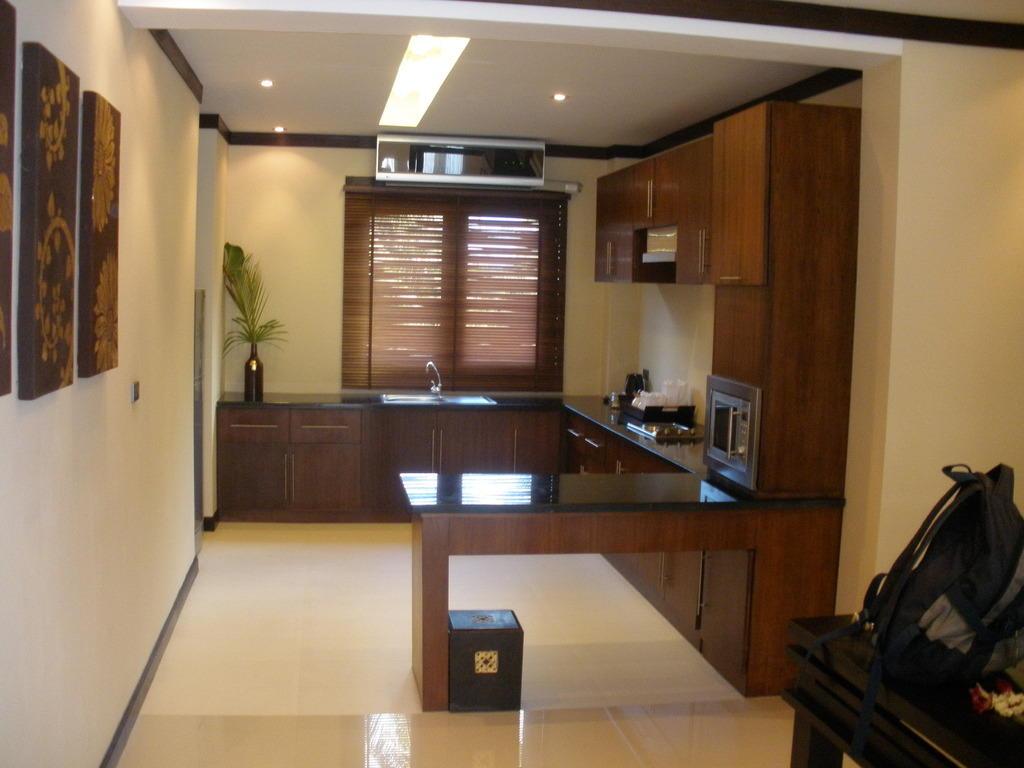 bild k che im amerikanischen stil zu kirikayan luxury pool villas spa in maenam. Black Bedroom Furniture Sets. Home Design Ideas