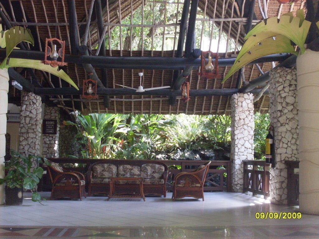 bild fenster putzen unn tig zu bamburi beach hotel in. Black Bedroom Furniture Sets. Home Design Ideas