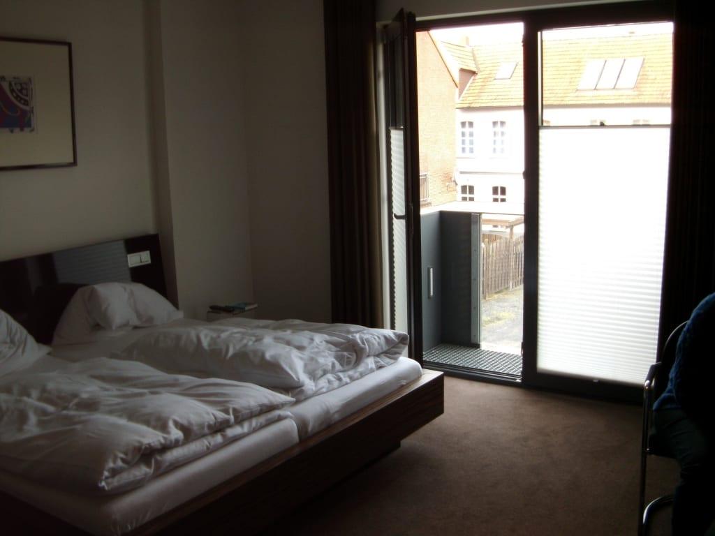 bild bett und mini balkon zu hotel im wigbold in ochtrup. Black Bedroom Furniture Sets. Home Design Ideas
