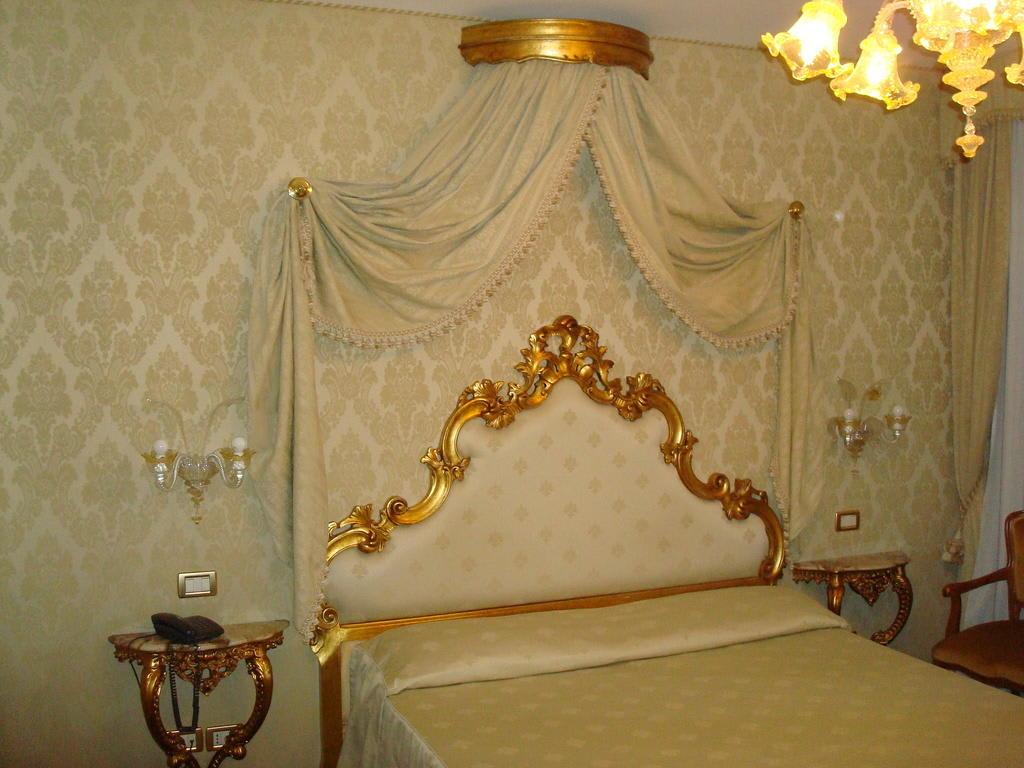 bild bett mit baldachin im superior doppelzimmer zu. Black Bedroom Furniture Sets. Home Design Ideas