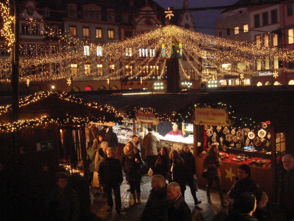 bild blick ber den markt zu weihnachtsmarkt mainz in mainz. Black Bedroom Furniture Sets. Home Design Ideas
