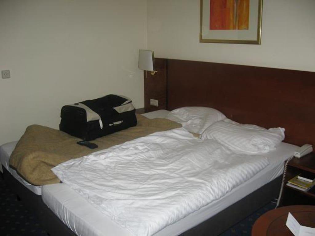 Bild bett im zimmer zu ramada hotel b ren goslar in goslar for Bett 60er jahre