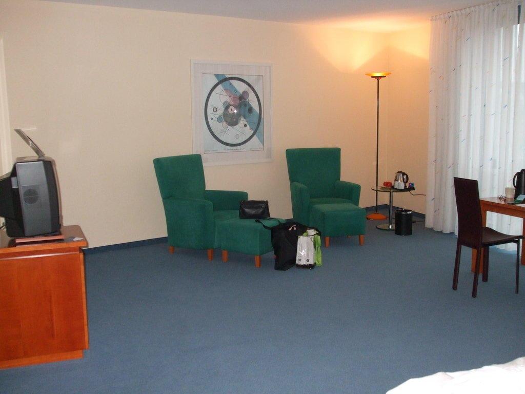 bild einrichtung im bauhausstil zu radisson blu f rst. Black Bedroom Furniture Sets. Home Design Ideas