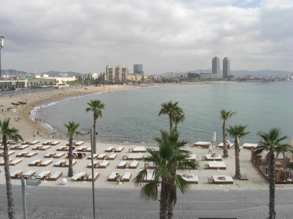 Bild mellow beach club ist der hotel strand zu w for Beach club barcelona