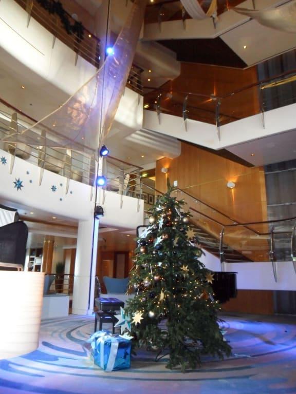 bild atrium weihnachten in der karibik zu mein schiff 2 in. Black Bedroom Furniture Sets. Home Design Ideas