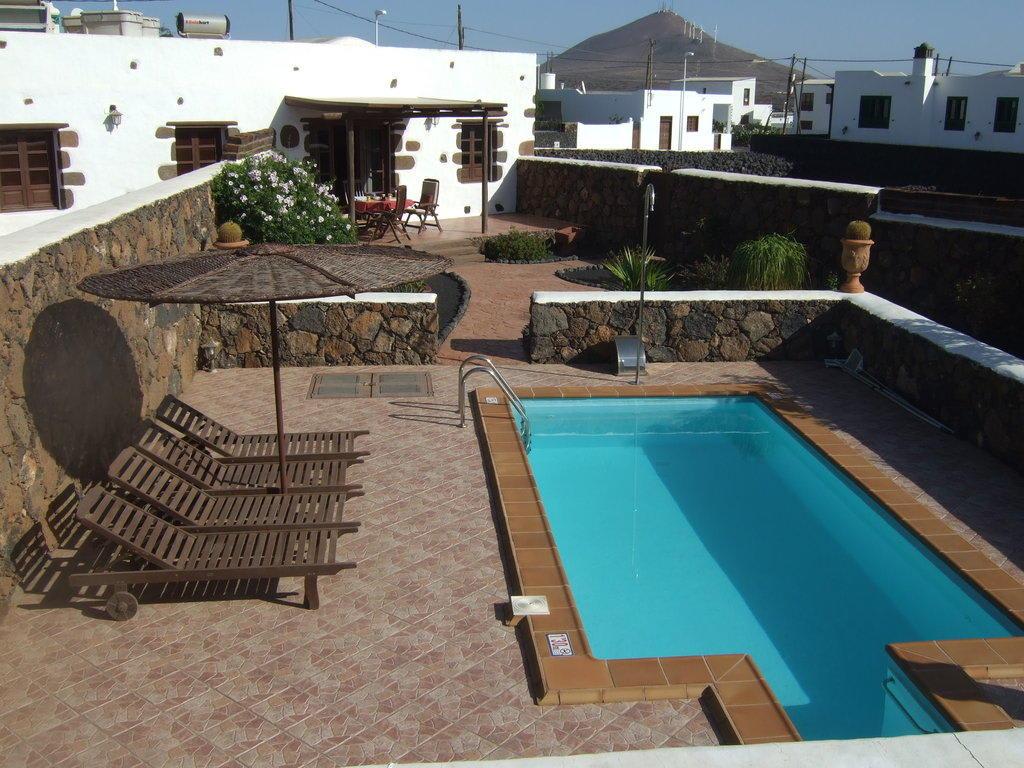 Bild ruhezone mit privat pool und garten zu hotel el for Pool und garten