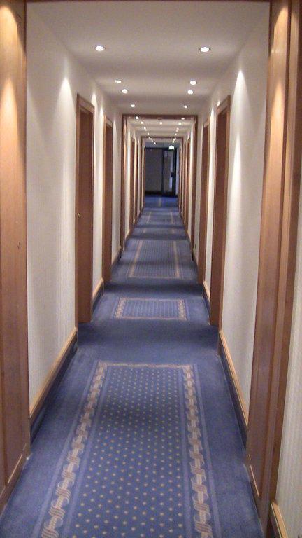 Bild Etwas schmaler Flur zu Hotel Müggelsee Berlin in Berlin