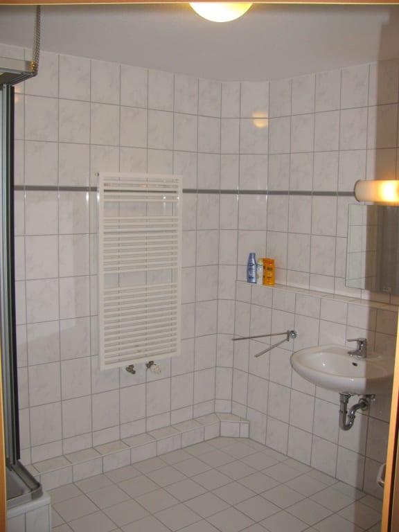 bild bad handtuchhalter und waschbecken zu ferienwohnungen arkonablick in breege juliusruh. Black Bedroom Furniture Sets. Home Design Ideas