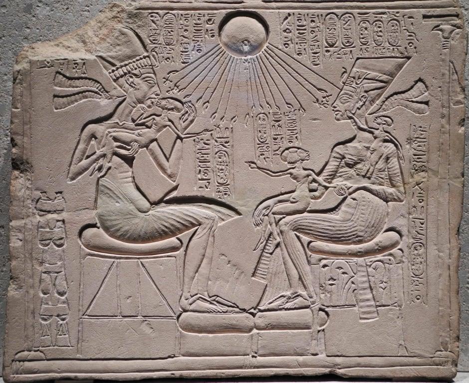 Echnaton und Nofretete mit ihren kindern Bilder Museum Neues Museum