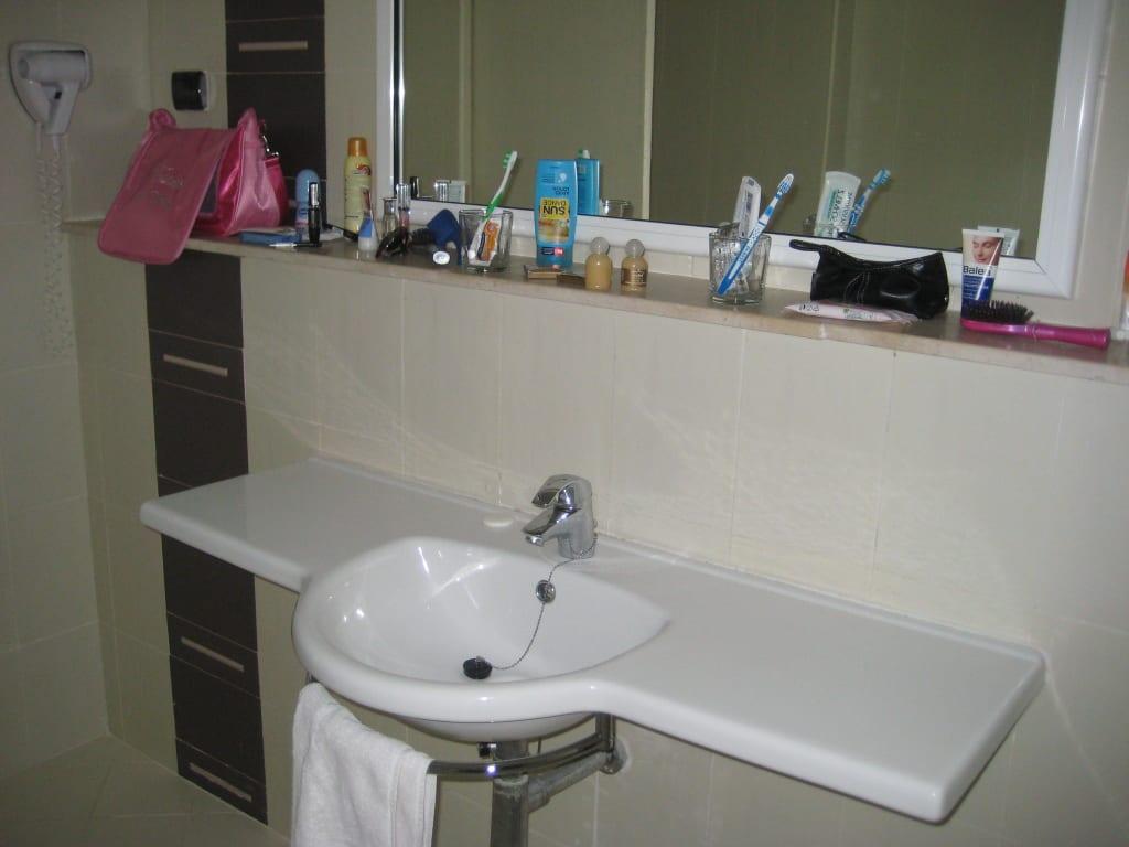 bild waschbecken ablage und spiegel zu hotel seabel. Black Bedroom Furniture Sets. Home Design Ideas