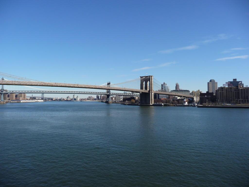 bild east river und brooklyn bridge zu pier 17 in new york manhattan. Black Bedroom Furniture Sets. Home Design Ideas