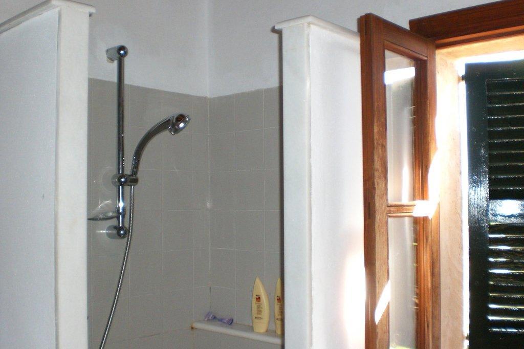 bild gemauerte dusche zu finca el encinar in arta. Black Bedroom Furniture Sets. Home Design Ideas
