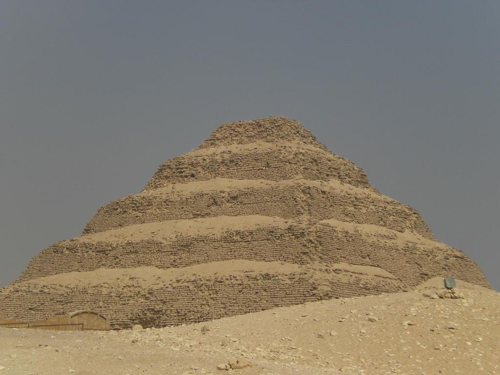 bild die erste stufen pyramide in sakalla zu stufenpyramide pyramide von djoser in gro raum. Black Bedroom Furniture Sets. Home Design Ideas
