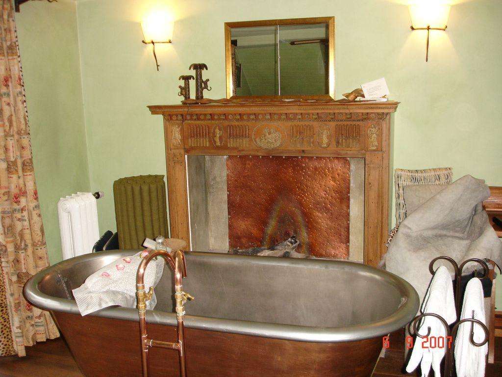 bild kamin mit badewanne zu hotel der zauberlehrling in stuttgart. Black Bedroom Furniture Sets. Home Design Ideas