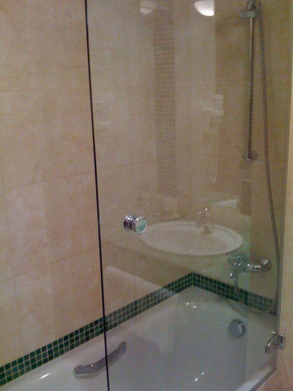 bild dusche mit trennwand zu hotel president in prag praha. Black Bedroom Furniture Sets. Home Design Ideas