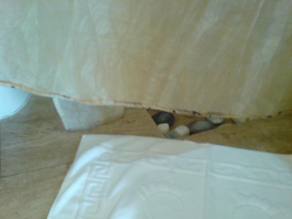 bild schimmel am duschvorhang zu hotel justiniano fuga. Black Bedroom Furniture Sets. Home Design Ideas