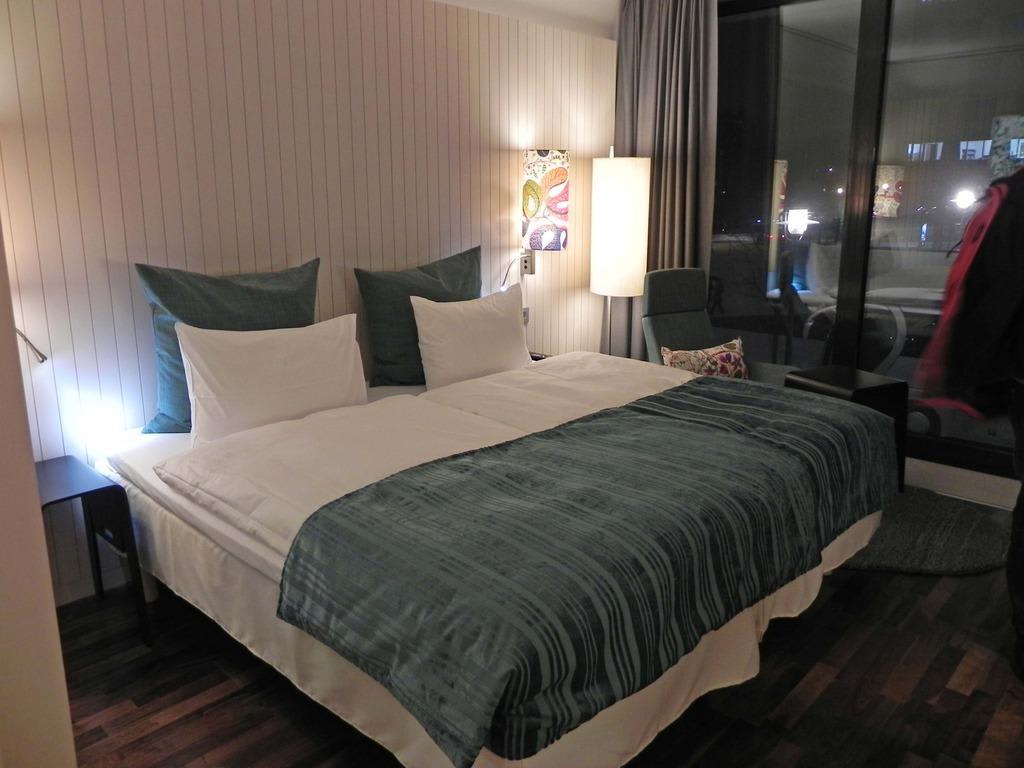 bild gem tlich gro es bett zu hotel scandic berlin. Black Bedroom Furniture Sets. Home Design Ideas