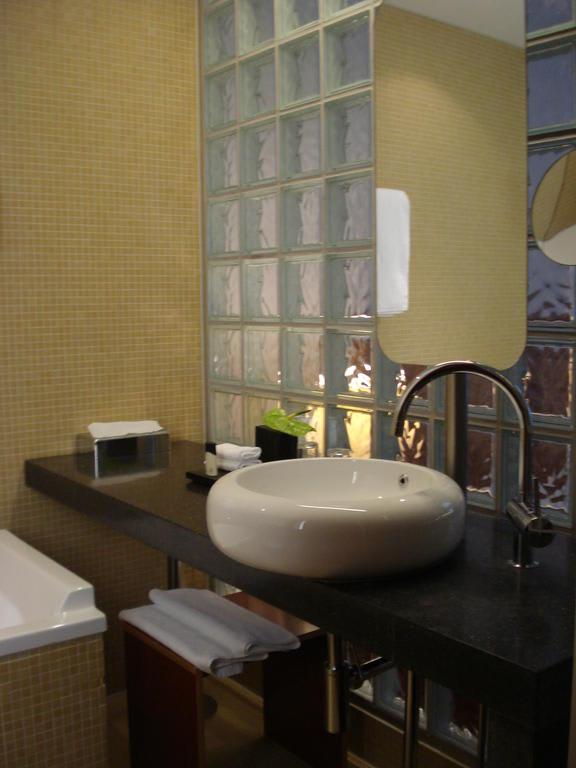 bild das sch ne badezimmer zu hotel m venpick berlin in. Black Bedroom Furniture Sets. Home Design Ideas