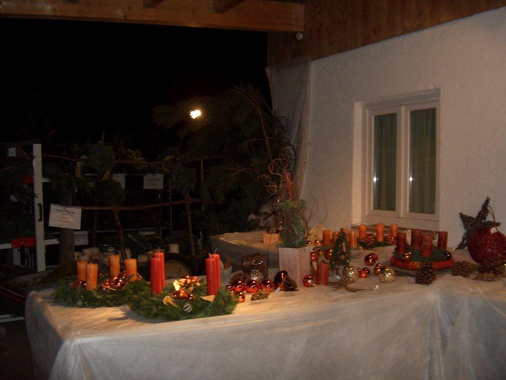 Bild adventsgestecke in der g rtnerei zu weihnachtsmarkt for Adventsgestecke bilder