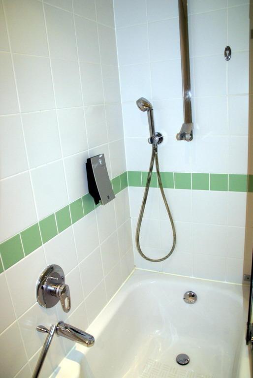 pin dusch badewanne bild wyndham hotel stralsund hansedom on pinterest. Black Bedroom Furniture Sets. Home Design Ideas