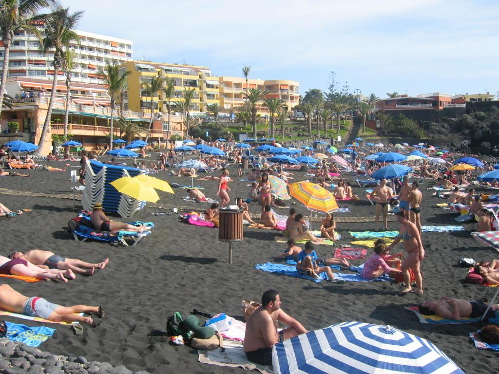 Bild strand zur ferienzeit zu be live family costa los gigantes in puerto de santiago - Hotel be live family costa los gigantes puerto de santiago ...