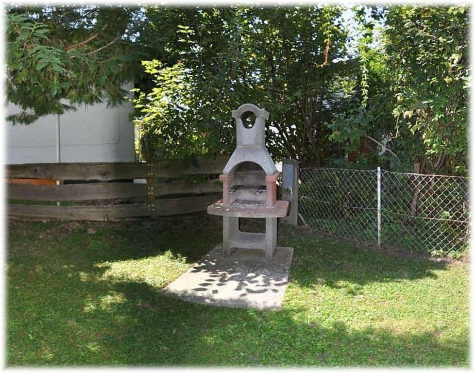 bild grillplatz im garten zu bungalows karglhof in faak. Black Bedroom Furniture Sets. Home Design Ideas
