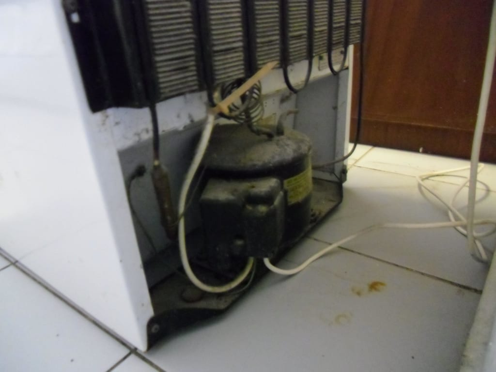 Bild Kühlschrank von hinten Kakerlakennest zu Hotel  -> Kühlschrank Friert Hinten