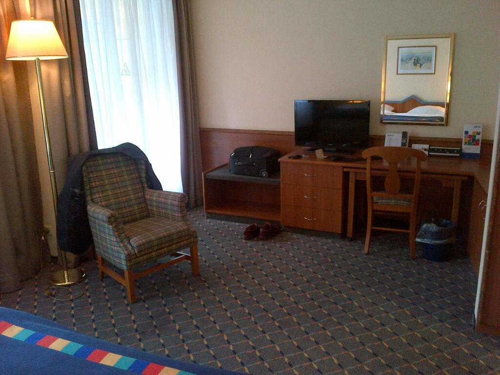 bild sessel schreibtisch fernseher zu hotel park inn m nchen ost in m nchen. Black Bedroom Furniture Sets. Home Design Ideas