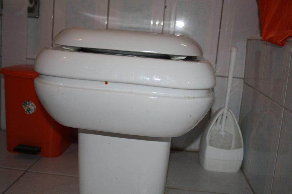 bild blut und urin flecken nicht von uns zu hotel petra mare in ierapetra. Black Bedroom Furniture Sets. Home Design Ideas