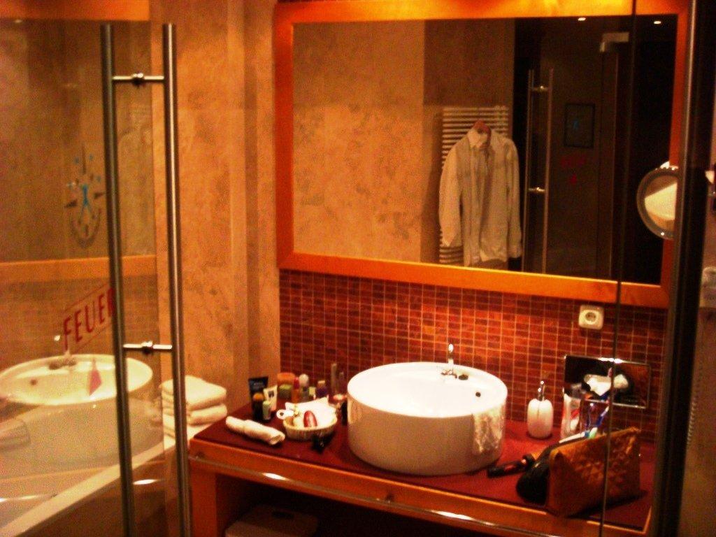 bild feng shui rot zimmer 283 bad zu wellnesshotel wartherhof in warth. Black Bedroom Furniture Sets. Home Design Ideas