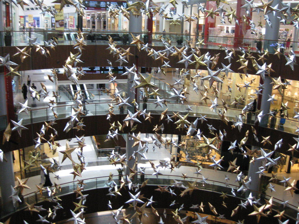 bild geschm ckt wie zu weihnachten zu dubai mall in dubai. Black Bedroom Furniture Sets. Home Design Ideas