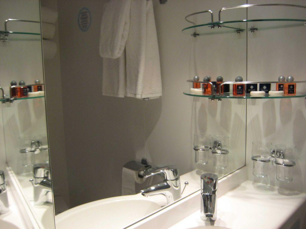 bild waschbecken im mini bad balkonkabine zu msc poesia in. Black Bedroom Furniture Sets. Home Design Ideas