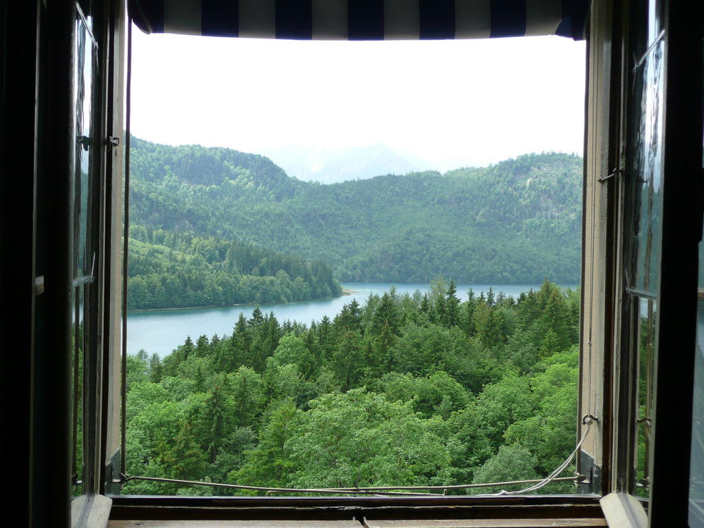 bild blick aus fenster zu schloss neuschwanstein in. Black Bedroom Furniture Sets. Home Design Ideas