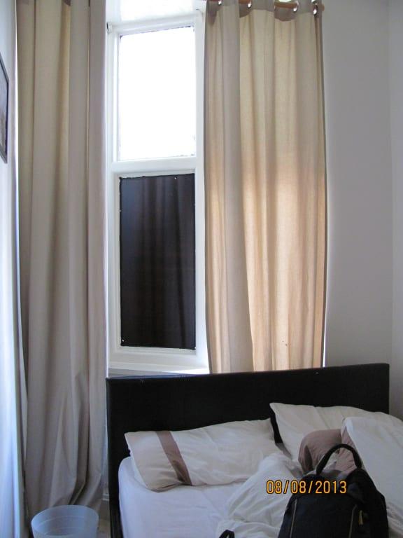 bild breite des zimmers bett ca 1 60m 0 40m daneben zu hotel marisa in london borough of camden. Black Bedroom Furniture Sets. Home Design Ideas