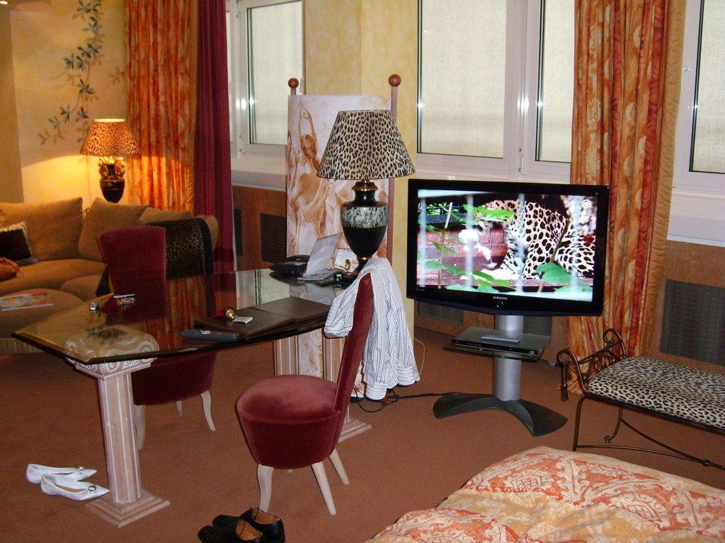 bild ausstattung der junior suite wahnsinn zu hotel savoy in k ln. Black Bedroom Furniture Sets. Home Design Ideas