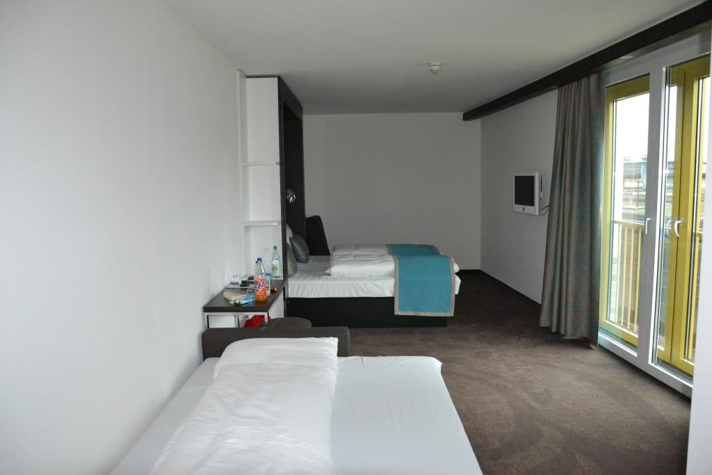 Bild renoviertes familienzimmer zu motel one berlin ku for Zimmer motel one