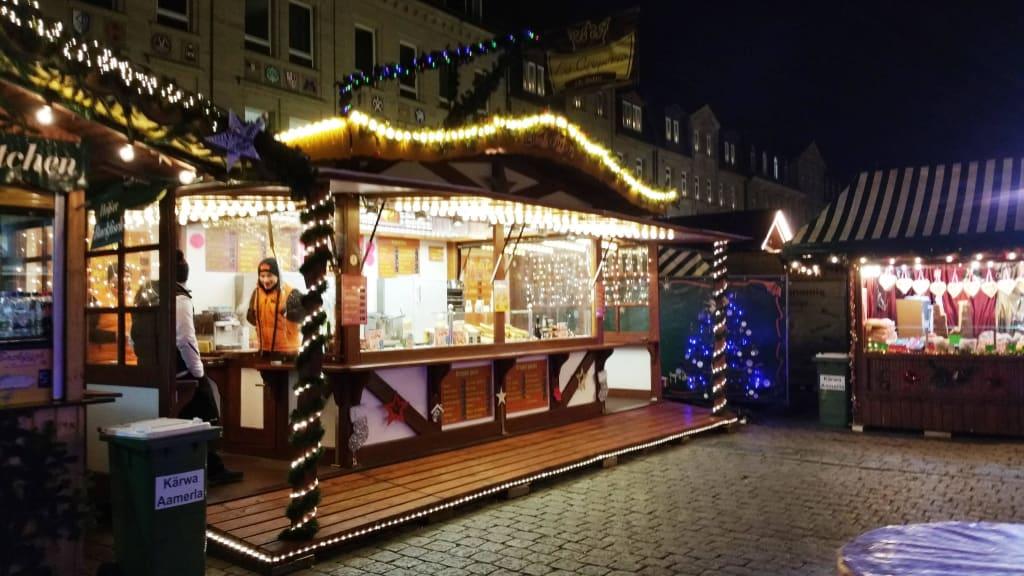 Weihnachtsmarkt Fürth.Bild Verkaufsbuden Schön Angeordnet Zu Weihnachtsmarkt Fürth In Fürth