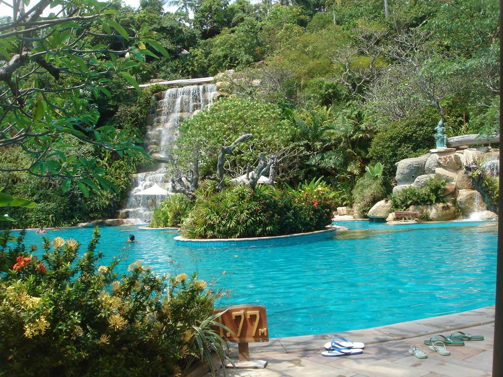 bild pool mit wasserfall zu santhiya koh phangan resort spa in thong nai pan beach. Black Bedroom Furniture Sets. Home Design Ideas