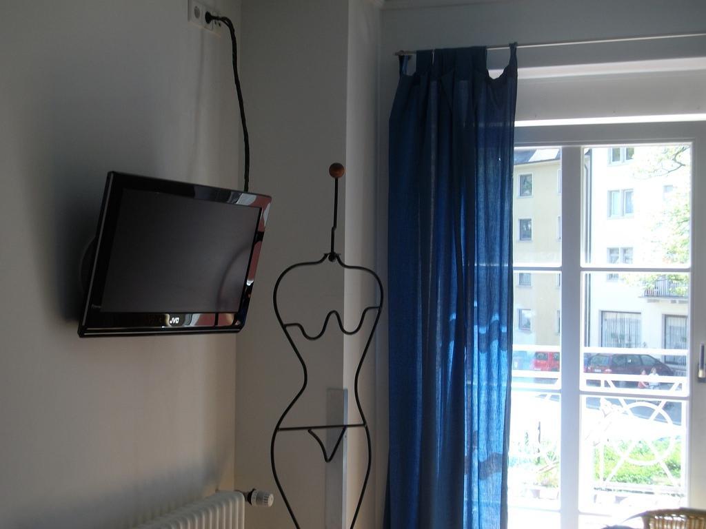 bild tv und kleiderst nder zu pension paradies freiburg in freiburg im breisgau. Black Bedroom Furniture Sets. Home Design Ideas