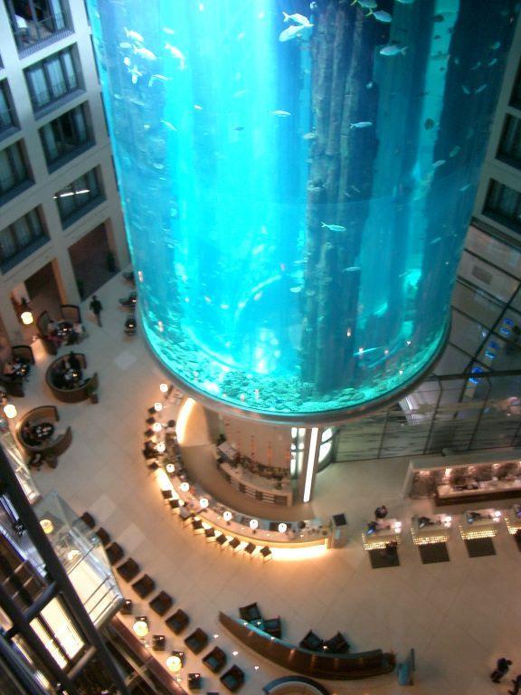 bild aqua dom zu radisson blu hotel berlin in berlin mitte. Black Bedroom Furniture Sets. Home Design Ideas