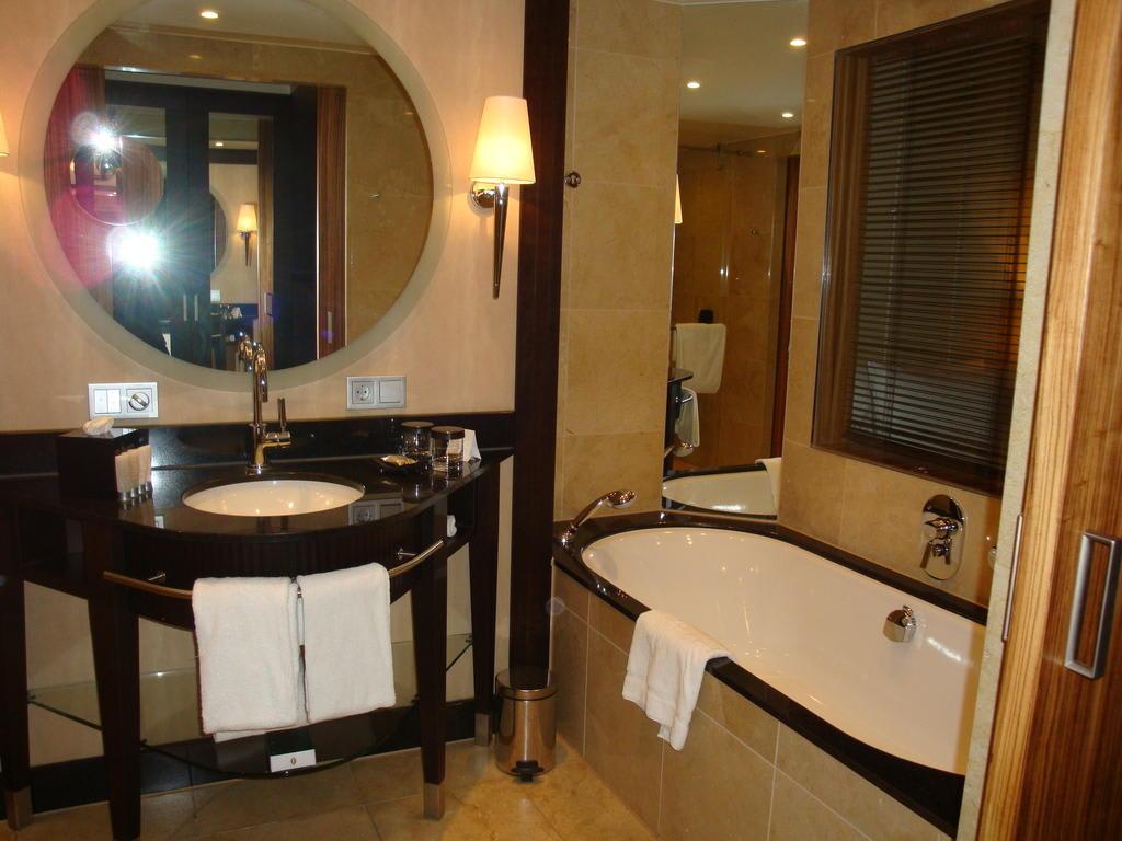 bild badezimmer zu intercontinental d sseldorf in d sseldorf. Black Bedroom Furniture Sets. Home Design Ideas