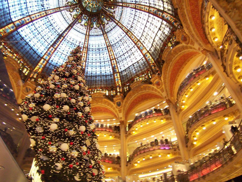 bild weihnachten in lafayette zu galeries lafayette in paris. Black Bedroom Furniture Sets. Home Design Ideas