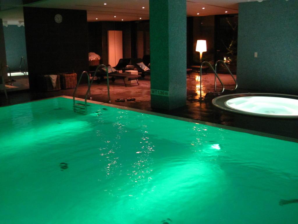 Bild pool mit liegen und whirlpool zu adina apartment for Appart hotel hambourg
