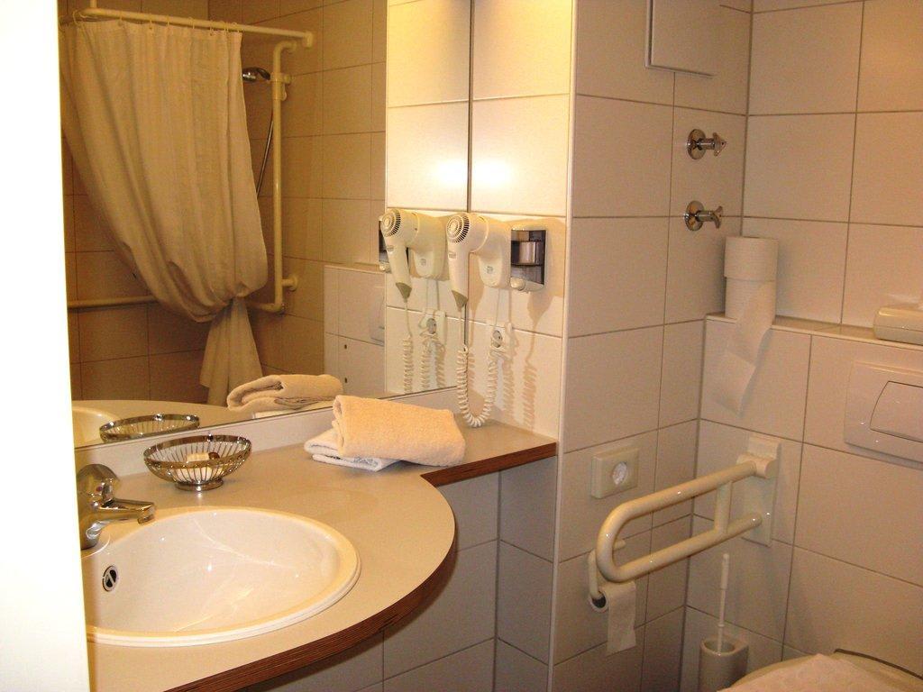 bild behindertengerechtes badezimmer zu landhaus m ller