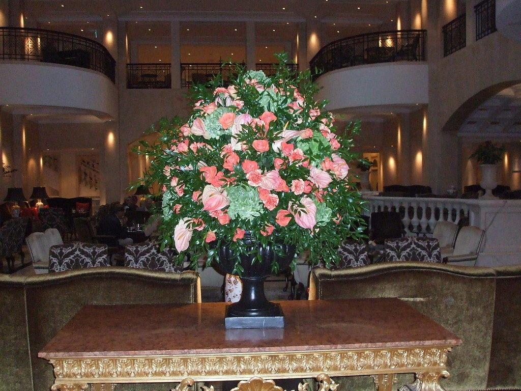 bild gro e blumenvase in der lobby vom hotel adlon zu. Black Bedroom Furniture Sets. Home Design Ideas